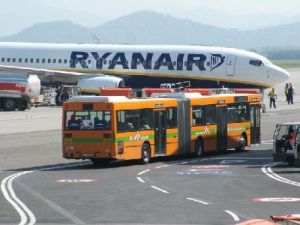 https://botellamediollena.files.wordpress.com/2012/08/ryanair-turbulance-injury.jpg?w=300